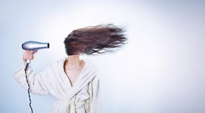 髪が長いと大変…少しでも早く髪の毛を乾かしたいときの速乾グッズ