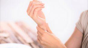 ストレッチよりも手軽にこっそりできるリフレッシュ方法「爪モミ」